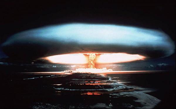 1972-nucler-bomb-detonation-mururoa-atoll-frenchy-polynesia-mushroom-cloud-e1345402157383